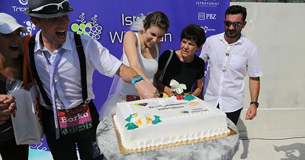 IWR_mladenci_rezanje torte